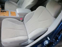 トヨタ・カリーナの、助手席、布(モケット)シート、座面のタバコ(煙草)焦げ穴(コゲ穴)リペア(修理・修復)後の写真1