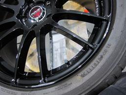 アテンザ(マツダスピード)の社外ブラックアルミホイール(レイズの12本スポーク19インチ)のガリ傷・擦りキズのリペア(修理・修復・再生)前の傷アップ写真1