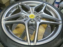 フェラーリ・カリフォルニアTの純正アルミホイールの、ガリキズ・すり傷 のリペア(修理・修復)前のホイール写真2