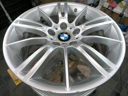 BMW335Mの純正ハイパーシルバーアルミホイールの、ガリ傷・すりキズのリペア(修理・修復)前のホイール全景写真方向2