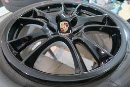 ポルシェ・カイエンGTSの純正アルミホイールの、ガリ傷・擦りキズの、リペア(修理・修復)およびブラックにカラーチェンジ(色替え)前のホイールBの写真1