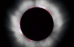 Aufnahme der Chromosphäre und der Korona während einer totalen Sonnenfinsternis; Urheber: Luc Viatour