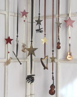Miniinstrumente als ausgefallene Geschenke für Musiker