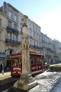La croix gothique sur la place St-Projet