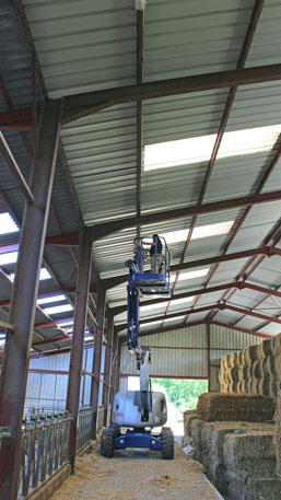 Installation d'éclairage dans une exploitation agricole à l'aide d'une nacelle automotrice