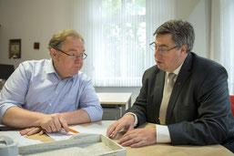 Th.Hellbach und Stadtdechant Dr. Cleve im Büro des Stadtdechanten