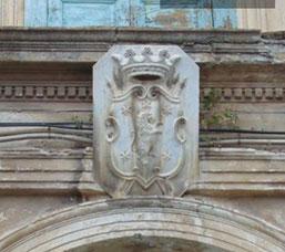 Palazzo De Rosis in via Garopoli ('a ra Purtella) con lo stemma della famiglia