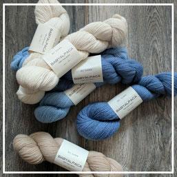 babyalpaca in hellblau, babyblau, natur und creme