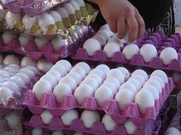 des oeufs bien blancs protégés par du film plastique