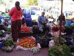 les étals de légumes à l'extérieur, présentés en vrac