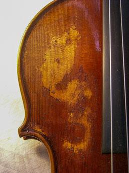 Violine mit Lackbeschädigung im Deckenbereich