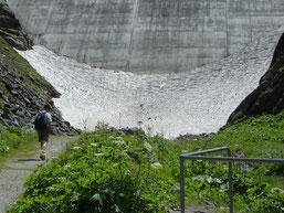 nous sommes fin juillet, et il reste de la glace au pied du barrage!