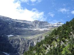 le fond du cirque est à environ 1675m d'altitude et les sommets qui le surplombent à plus de 3000m.