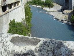 Bénitier creusé dans le parapet du pont