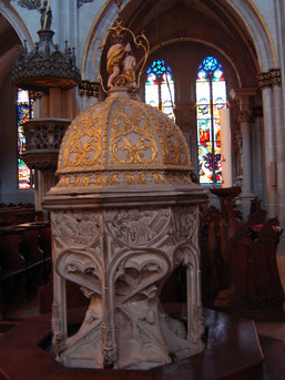 fonts baptismaux (fin XVème siècle) en pierre ciselée