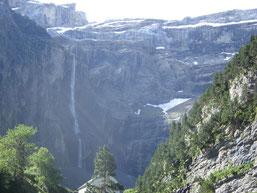 La Grande Cascade, résusgence des eaux de l'Etang Glacé du Mont Perdu 2592m) sur le versant espagnol, fait un bond de 423 m dans le vide.