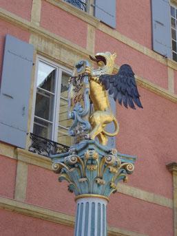 rue du Château : Fontaine du Griffon, où Henry II d'Orléans, pour feter son entrée dans la ville, en 1657, fit couler 6 000 litres de vin rouge du pays.