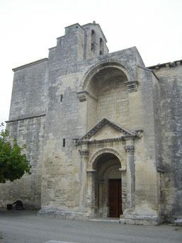 porche à fronton triangulaire inspiré des styles grecs et romains à chapiteaux corinthiens