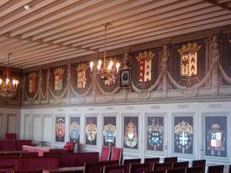 la Salle des Etats où les écus armoriés résument toute l'histoire du pays