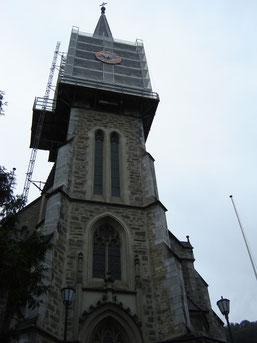 la cathedrale dont le clocher continue  d'indiquer l'heure, malgré les travaux !