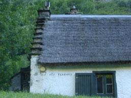 maison typique de la région: toit de chaume et pignon à redents