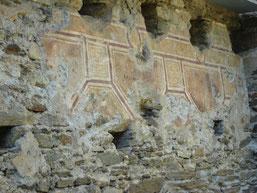 il reste des éléments de décoration (fresques ?) sur les murs du château...