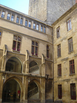 cour d'honneur du palais des Archevêques