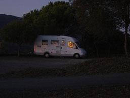reflets du soleil levant sur le camping car