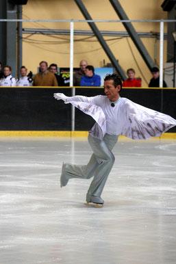 """Deutschlandpokal für Hobbyläufer 2009 - nach dem Showprogramm sagt mir eine Dame aus der Schweiz, in ihren Augen sei der Traum vom Fliegen für einen Augenblick wahr geworden. Mein Programm zur Musik """"Johnathan"""" von Neil Diamond ist offenbar angekommen."""