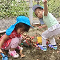 砂場遊び楽しい!と夢中になって遊んでいます