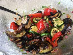 Evelyn`s einzigartiger Grillgemüse-Salat an Honig-Vinaigrette.
