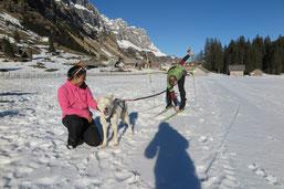 Snow versucht sich im Skijören...