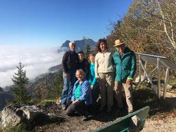 Die drei Freunde aus Basel, die zwei Freunde aus Deutschland und mein Frauchen hoch über dem Nebelmeer vom Mittelland.