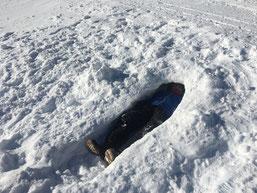 ein Verdauungsschläfchen, in der von Joel eigens gebauten Schneehöhle...