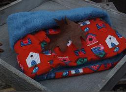 Hundeschal Vogelhäuschen auf hellrotem Cord