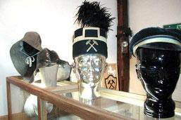 Kopfbedeckungen, so wie sie von den Bergleuten getragen wurden.