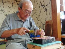 響に使われる金具は、銅板を一打一打叩いて作られています。