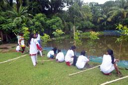 皆で協力しながら、学校敷地の境界線に沿って植林 をしました