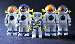 Des astronautes Playmobil de l'ESA avec le robot ROBert.