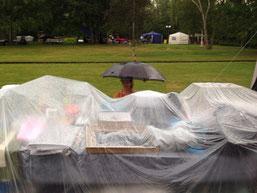Schutz vor Regen beim Trödelmarkt als Verkäufer am Trödelmarktstand