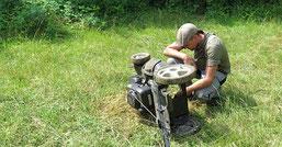 Phil Kremer untersucht unseren Rasenmäher