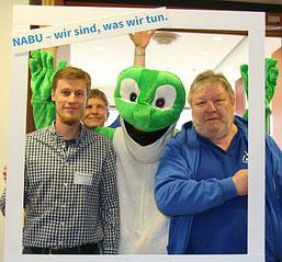 Sebastian Olschewski, Uwe Priezel (Geschäftsführer LV), Frosch und Helmut Krejcik (NABU Ostfildern). Foto: Anke Beisswänger