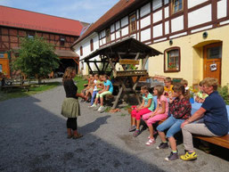 Begrüßung der Kinder durch Petra Gruner