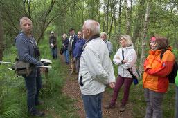 Exkursionsleiter K. Fuhrmann (li.) mit Teilnehmern
