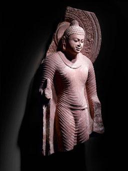 Buddha stante. India, Uttar Pradesh, area di Mathura, periodo Gupta (IV-VI secolo). Arenaria rossa maculata scolpita. Torino, MAO Museo d'Arte Orientale