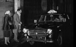 Taxi 403 Peugeot prenant des clients en maraude