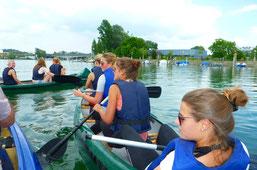Studenten beim Paddeln auf dem Bodensee - Sportmanagementstudium mit Praxisbezug