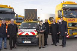 Staatsminister Herrmann mit Begleitfahrzeug und Schwertransport im Werk der Firmengruppe Max Bögl; Foto: Firmengruppe Max Bögl