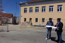Patrick Heinloth vom Hochbauamt der Stadt erläuterte Oberbürgermeister Thomas Thumann im Juni die Baufortschritte.  Foto: Dr. Franz Janka