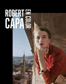 Capucine, modelo y actriz francesa, en un balcón, Roma, 1951. © Por Robert Capa/Magnum Photos/ International Center of Photography